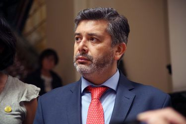 """¿Lenguaje """"inclusive"""" en tribunales? Expertos debaten sobre uso de idioma en resolución de polémico juez Urrutia"""