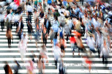 """75 cm o más: Estudio revela la distancia de """"zona de confort"""" que mantienen los peatones entre sí"""