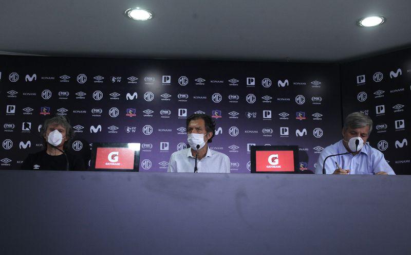 Una imagen de la conferencia de prensa de abril de 2020, en la que se anuncia la decisión de mandar al plantel de Colo Colo al seguro de cesantía.