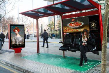 ¿Quién está detrás de los 30 clásicos intervenidos en 60 pantallas LED de las calles de Santiago?