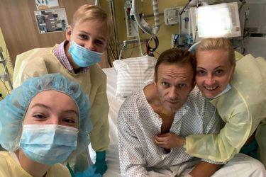 """Opositor ruso Alexéi Navalny dice que puede """"respirar solo"""" tras el presunto envenenamiento con Novichock"""