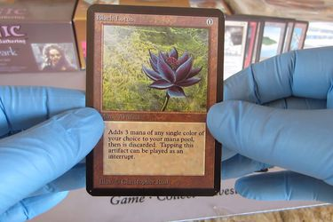 La elusiva Black Lotus aparece en un sobre durante un torneo de Magic