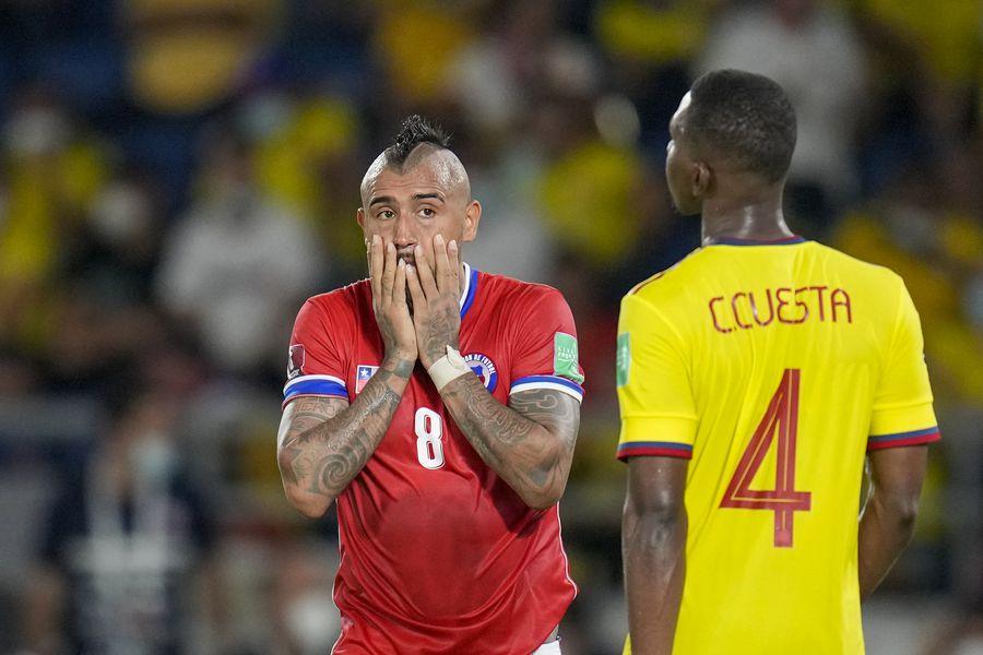 Arturo Vidal se lamenta en Barranquilla, durante la derrota de Chile ante Colombia.