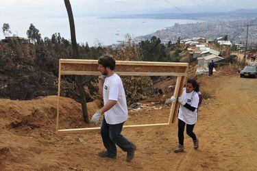 Voluntarios de INJUV trabajan en reconstrucción de cerro Mariposas