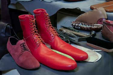 Zapatos talla 75: el invento de un zapatero para mantener su oficio y la distancia social