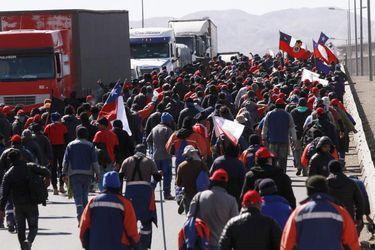 Trabajadores de Minera Escondida bloquean ruta 5.