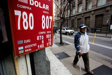 El dólar sufre dura caída en operaciones post cierre del mercado tras agresiva alza de tasas del Banco Central