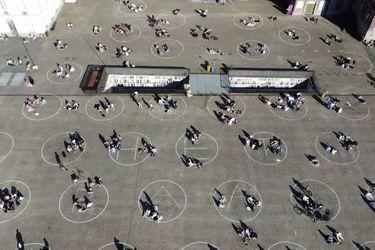 Bélgica pinta círculos en espacios públicos para mantener la distancia social