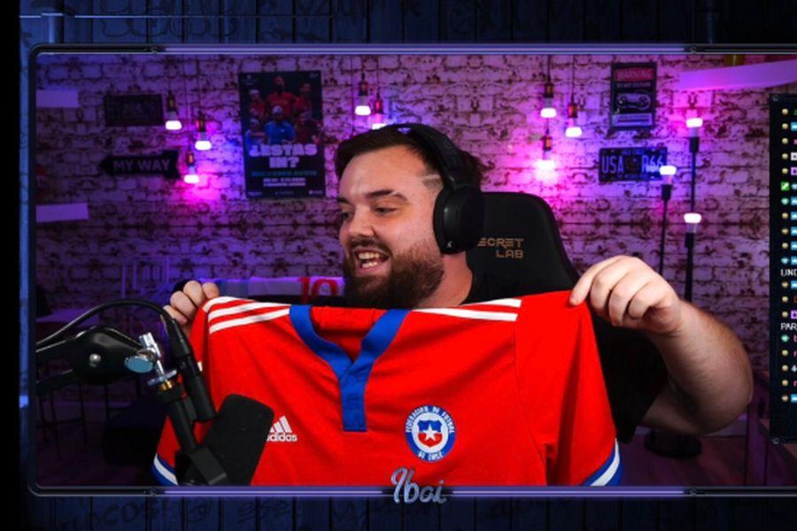 Ibai Llanos luce la nueva camiseta de la selección chilena.