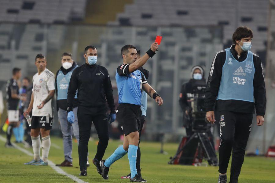El árbitro Fernando Véjar expulsa a Gustavo Quinteros, durante el duelo entre Colo Colo y Palestino. FOTO: Agencia Uno.