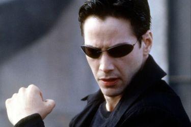 Un tumulto se abalanza contra un auto en un nuevo video del set de Matrix 4
