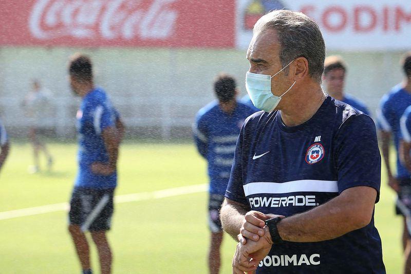 Martín Lasarte toma el tiempo durante el entrenamiento del miércoles de la selección chilena, de cara al amistoso con Bolivia.