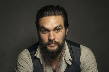 No solo actor: Jason Momoa toca a los Red Hot Chili Peppers en el bajo