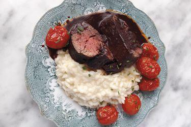 Domingo de carnes, pescados y mariscos: filete de res en salsa de vino tinto, acompañado de risotto de roquefort y tomates confitados