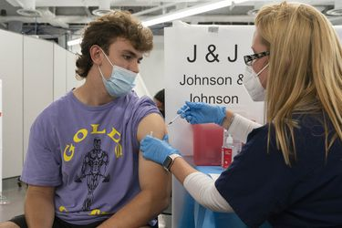 Plan de vacunación contra el coronavirus impulsado por presidente Biden alcanza su objetivo casi un mes más tarde en EE.UU.