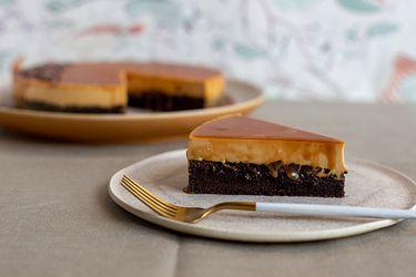 Tarta de chocolate y panna cotta de caramelo