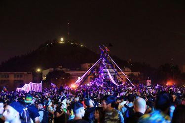 Santiaguinos reciben el 2020 con masivo festejo de Año Nuevo en Plaza Italia