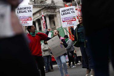 Grupos a favor y en contra de la ley del aborto aguardan a las afueras del Congreso la determinación de los legisladores