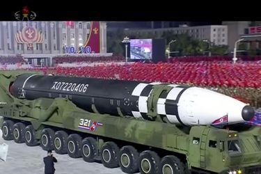 """""""Un monstruo"""": Corea del Norte presenta misil de largo alcance en desfile militar"""