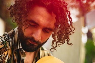 Un cantautor en evolución: Charly Benavente llega a Sesiones íntimas de Culto