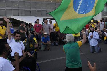Manifestantes rompen bloqueo policial antes de actos a favor de Bolsonaro en Brasilia
