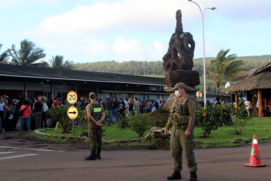 Aeropuerto de Isla de Pascua custodiado por carabineros.