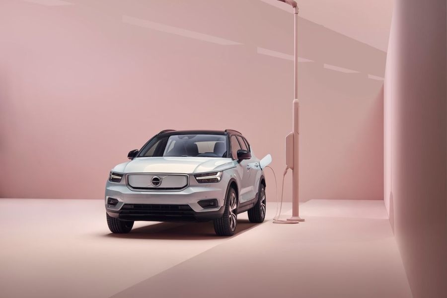 259200_Volvo_XC40_Recharge_P8_AWD_in_Glacier_Silver