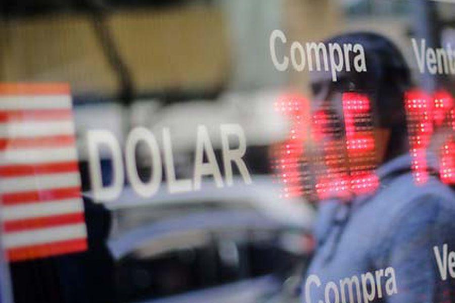 Dólar extiende alza presionado por aumento global de la divisa e incertidumbre ante retiros de AFP