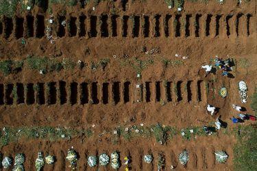 Entierros exprés en el cementerio más grande de América Latina por coronavirus