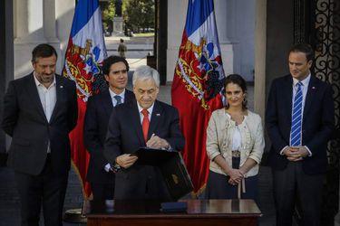 Presidente de la Republica firma proyecto de ley que establece ingreso mínimo garantizado
