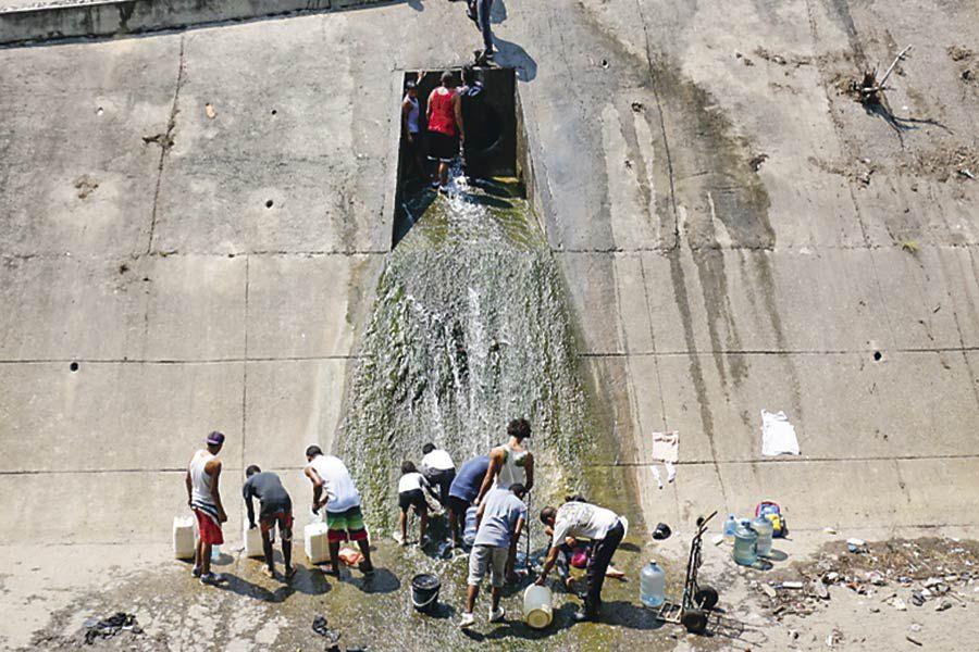 CARACAS_-Venezolanos-tratan-de-conseguir-agua-en-Caracas-(45126114)