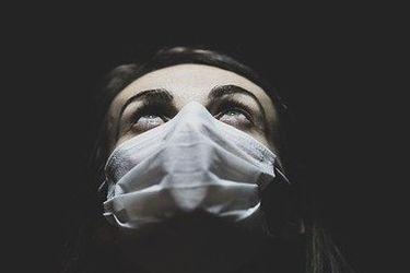 Hasta 9 horas sedentarios, menos de dos vasos de agua al día y peor salud mental: el alarmante deterioro en calidad de vida en Chile por pandemia