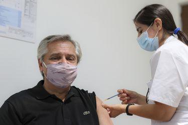 Presidente argentino Alberto Fernández se vacuna contra el coronavirus con la vacuna rusa Sputnik V