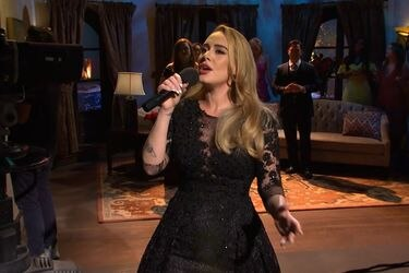 Adele se luce en Saturday Night Live interpretando sus clásicos en un sketch de The Bachelor