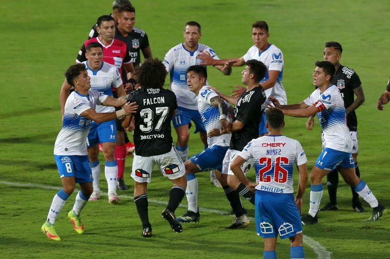 Maximiliano Falcón, defensa de Colo Colo, agredió a Valber Huerta, zaguero de Universidad Católica, por lo que fue castigado con cuatro fechas de suspensión, lo que complicó los planes del técnico Gustavo Quinteros.