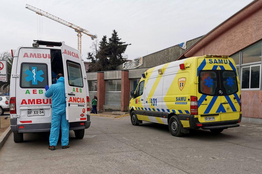 Ambulancias frente al Hospital el Pino. Foto referencial.