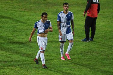 Jugadores de Antofagasta abandonan el campo de juego en el partido ante Huachipato, por la Copa Sudamericana