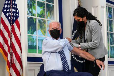 """Biden recibe tercera dosis de vacuna contra Covid-19 y apunta a minoría que no quiere inocularse: """"Está causando enorme daño al resto del país"""""""