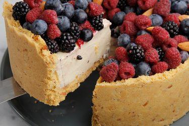 Cómo hacer tarta de chocolate blanco con almendras y frutos rojos