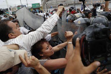 Adherentes de Keiko Fujimori se enfrentan a la policía afuera de la cárcel donde está la líder de oposición