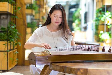 Mujer interpreta el guzheng