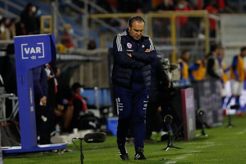 Martín Lasarte resignado en el partido contra Paraguay