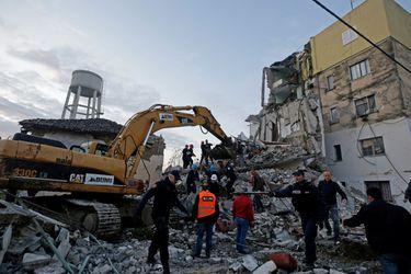 Colapso de edificios y búsqueda de sobrevivientes tras sismo en Albania en imágenes