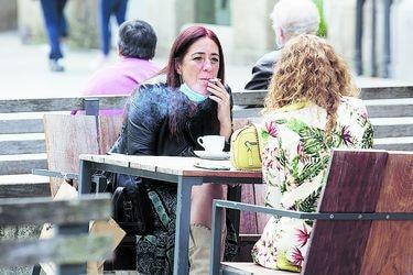 Galicia prohíbe fumar en público si no se respetan medidas de distanciamiento