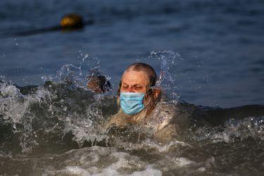Fact Checking: ¿Es obligación ocupar mascarilla en la playa? ¿El consumo de alcohol compromete la respuesta inmune a la vacuna contra el coronavirus?