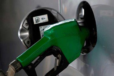 Aumentar impuestos a combustibles e igualar el del diésel al de la gasolina