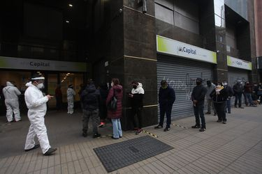 Filas fuera de una sucursal de AFP. Imagen referencial.