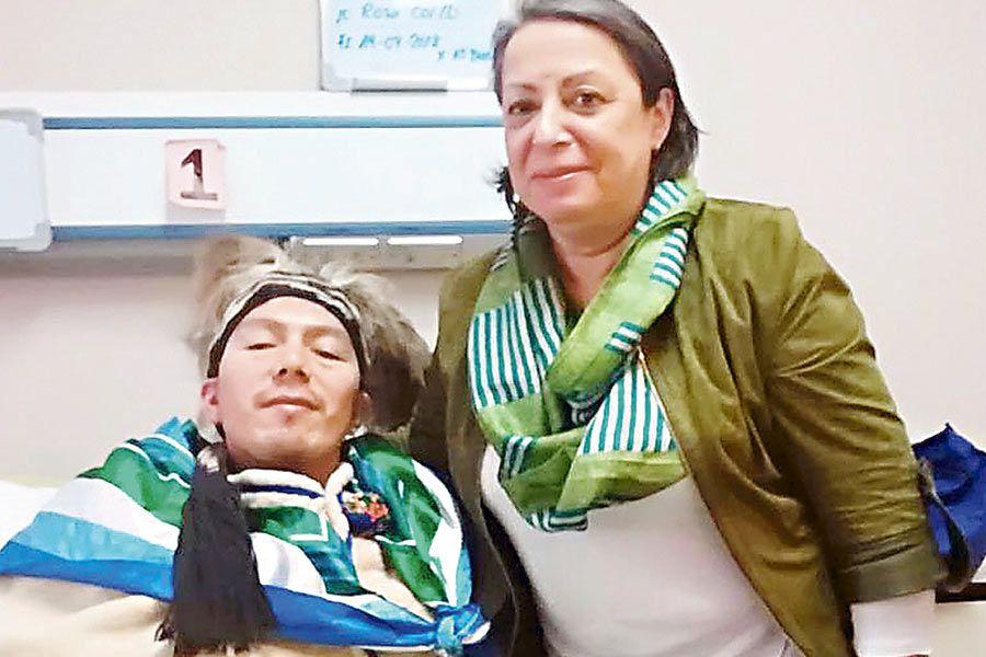La directora del INDH, Consuelo Contreras, junto al machi Celestino Córdova.