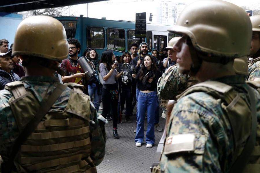 Cacerolazo frente a los Militares