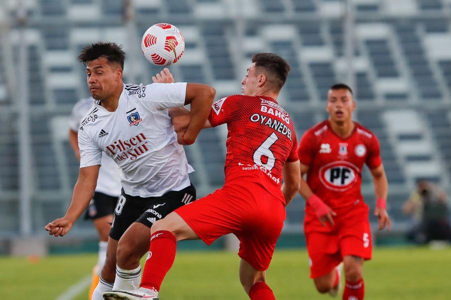 Iván Morales, de Colo Colo, disputa un balón con Yerko Oyanedel, de Unión La Calera, en el empate sin goles registrado en el estadio Monumental. Foto: AgenciaUno.